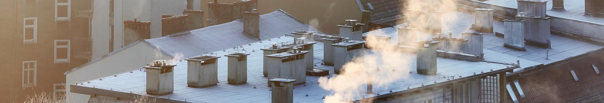 kominy na dachu bloku